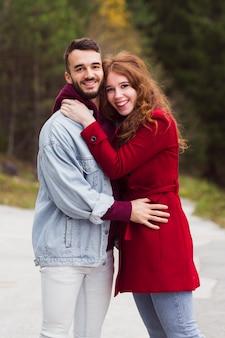 美しい男と女を抱いて