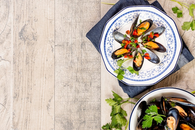 Вид сверху вкусные мидии на тарелке