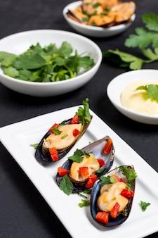 パセリとクローズアップのおいしいムール貝