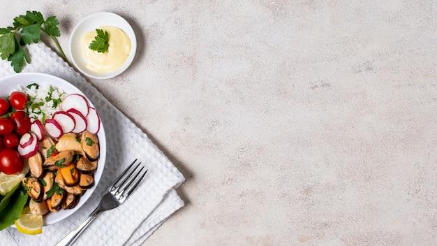 Вкусная тарелка мидий с копией пространства