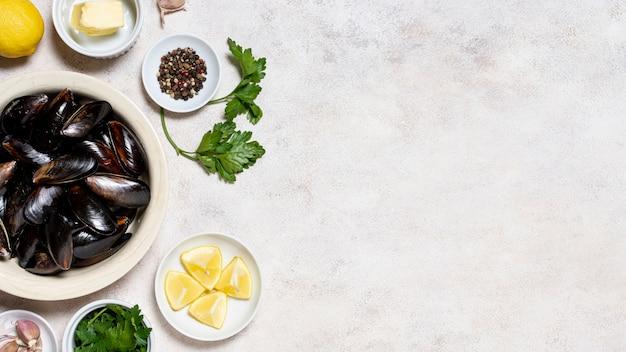 Вкусные раковины мидий с лимоном и петрушкой