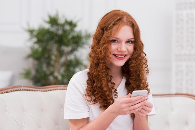 Портрет красивой женщины с мобильного