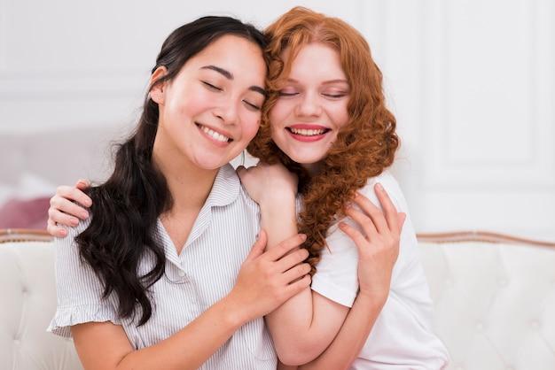 Вид спереди смайликов друзья обнимаются