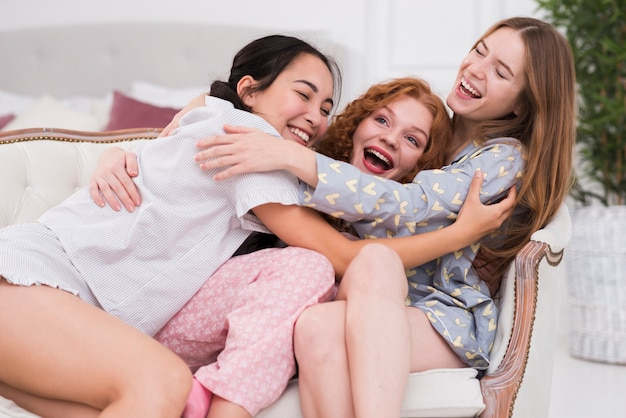 Игривые подружки обнимают друг друга