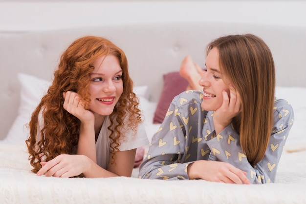 Вид спереди молодые друзья, глядя на друг друга
