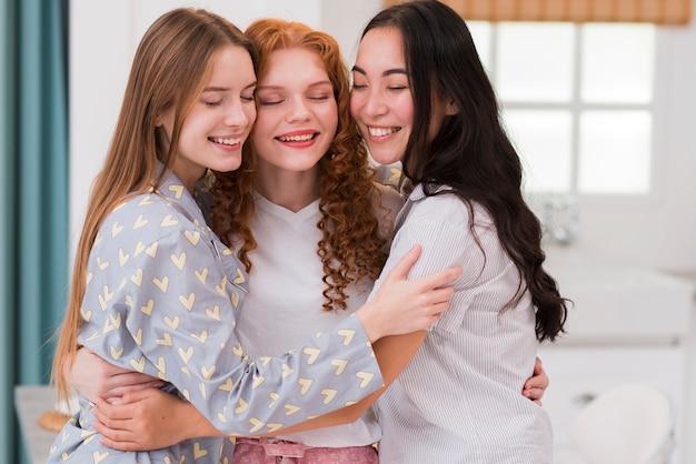 Вид спереди смайликов подруги обнимаются