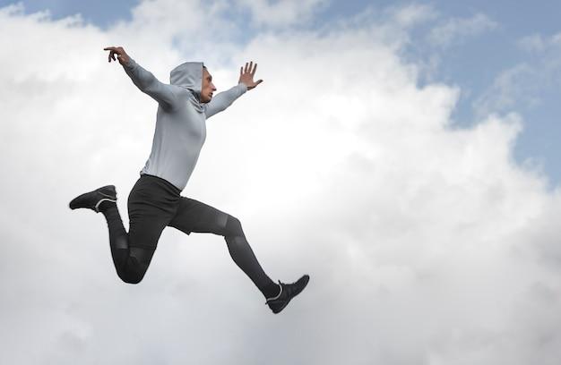コピースペースでジャンプ運動の男