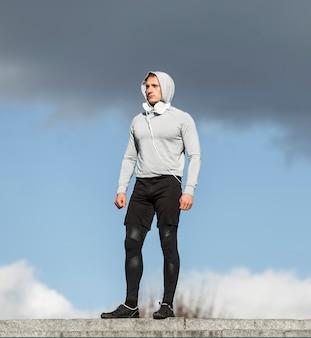 外のファッションのポーズ運動の若い男