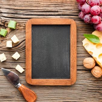 フラットレイチーズブドウと空白の黒板