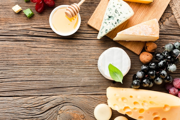 フラットレイアウトチーズ盛り合わせブドウと蜂蜜コピースペース