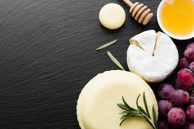 Плоский виноград для гурманов с сыром камамбер и медом с копией пространства