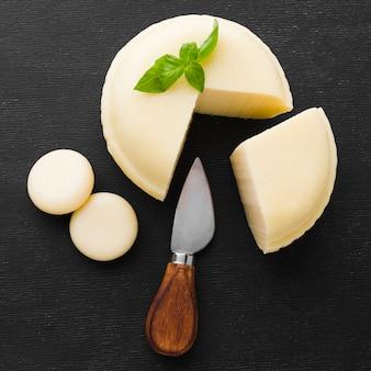 Плоский сыр с ножом