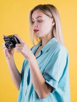 カメラ目線のかわいいモデル