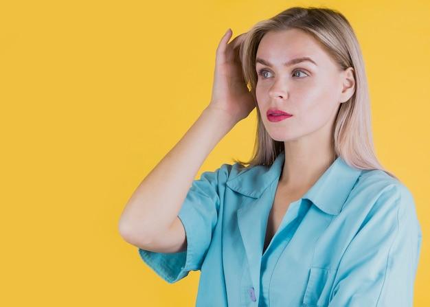 Портрет привлекательная женщина позирует