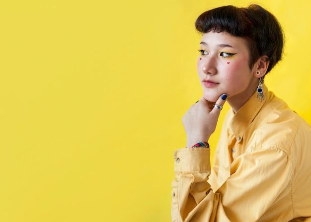 黄色の背景にかわいいモデル