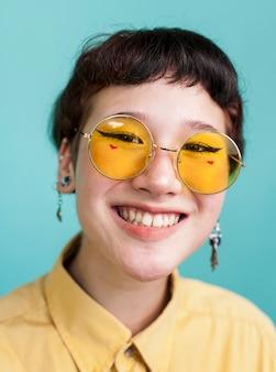 黄色のメガネをかけてうれしそうなモデル