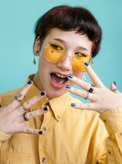 黄色のメガネをかけて驚いたモデル