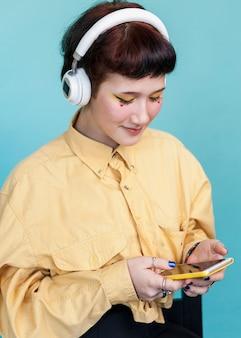 Стильная женщина, глядя на телефон студии выстрел