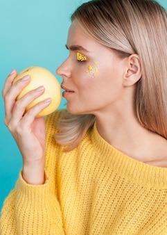 果物を保持している芸術的なモデル