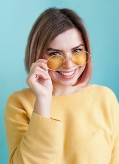 メガネを保持している愛らしいモデル