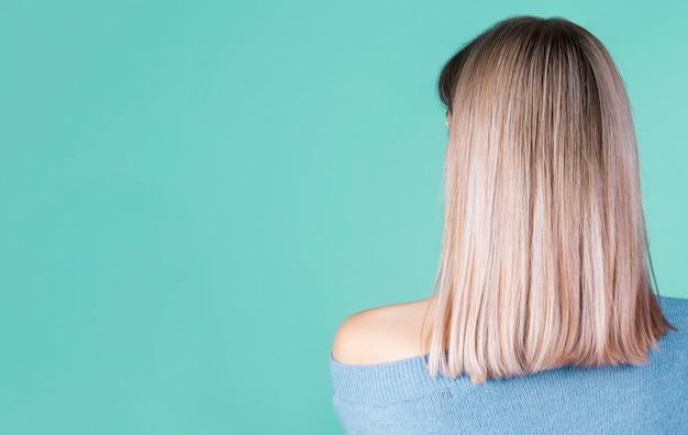 コピースペースで髪の背面図