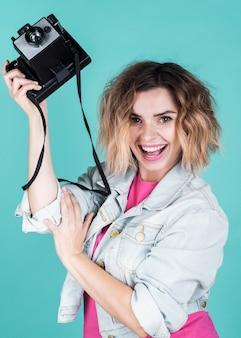 Женщина, держащая старинные камеры среднего снимка