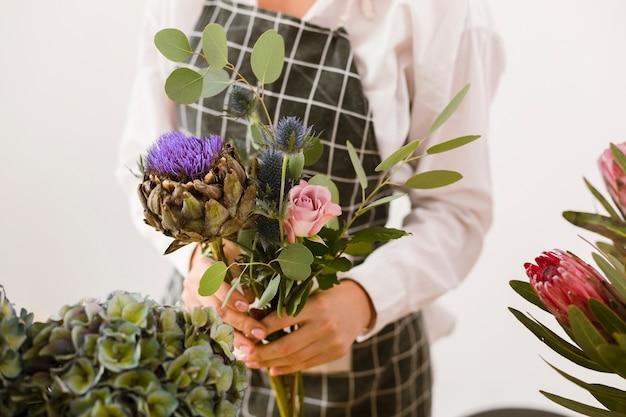 美しい花束を保持しているクローズアップの女性