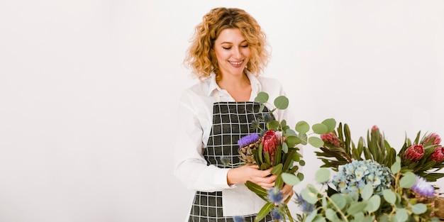 花束を作るミディアムショット幸せな女
