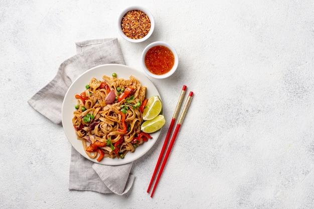 野菜スパイスとコピースペースを持つ箸で平干し麺
