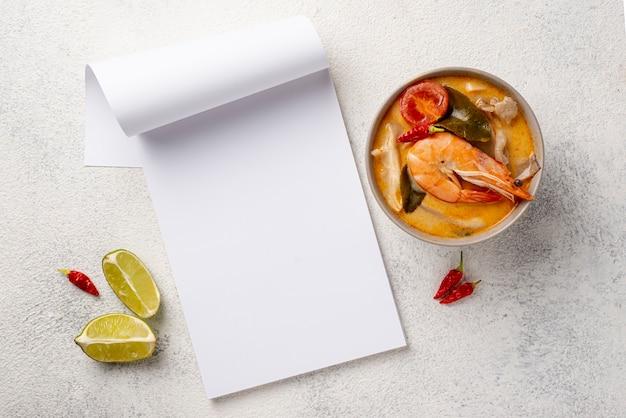 エビレモンと空白のノートブックボウルに平干しスープ