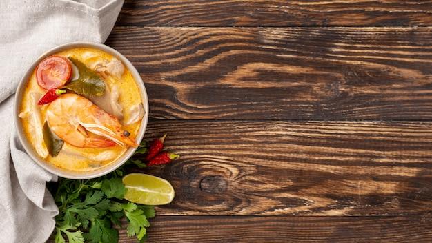 コピースペースとボウルエビレモンの高角スープ