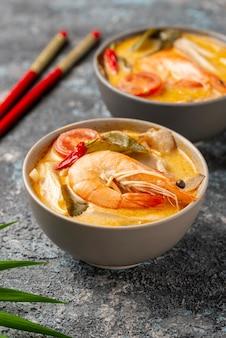 エビと箸を入れたボウルの高角スープ
