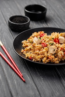 皿に野菜とコピースペースを持つ箸と高角米
