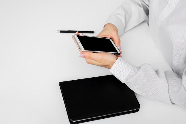 Бизнесмен держит свой мобильный телефон
