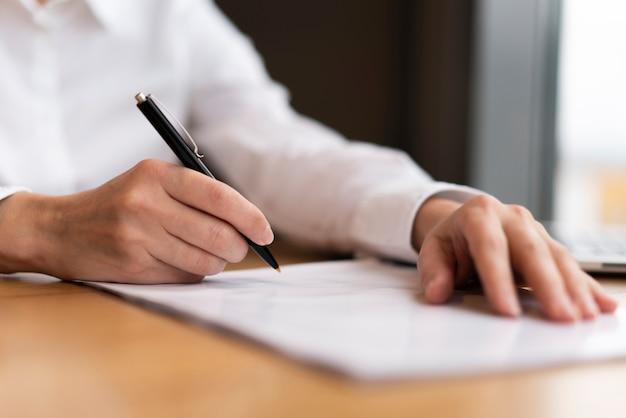 書類に署名する準備ができているクローズアップの実業家