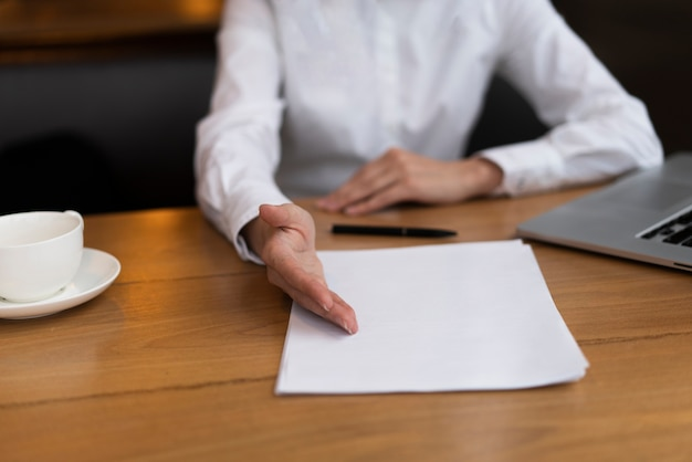 オフィスで契約に署名する準備ができている実業家