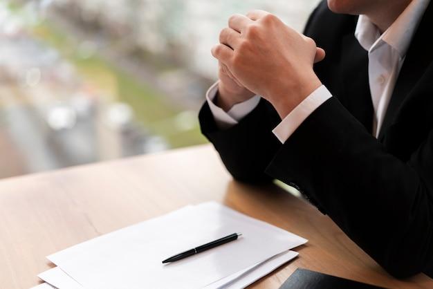 思いやりのあるビジネスの男性の側面図