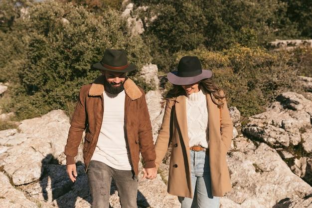 Пара вид спереди гулять вместе