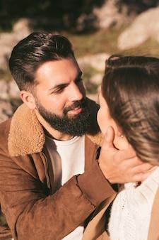 Красивый мужчина обнимает свою подругу