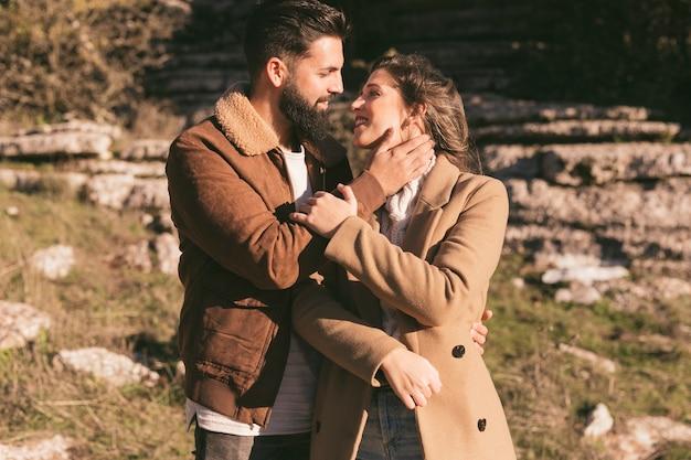 お互いを見て美しいカップル
