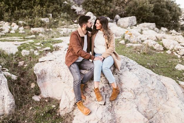 岩の上に滞在する若いカップル