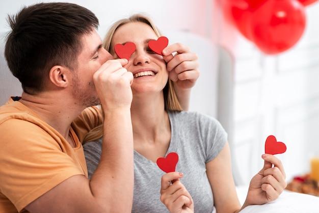 Средний снимок счастливая пара проводит время вместе