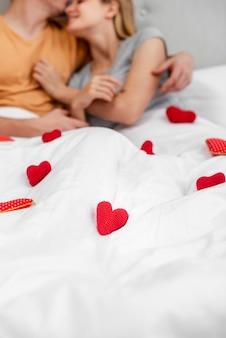 Крупным планом пара в спальне
