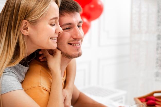 Макро счастливая пара обниматься