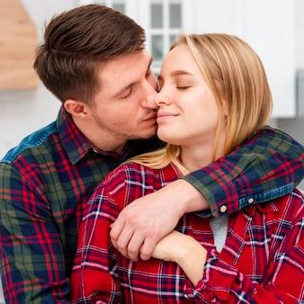 バレンタインの日に愛のミディアムショットカップル