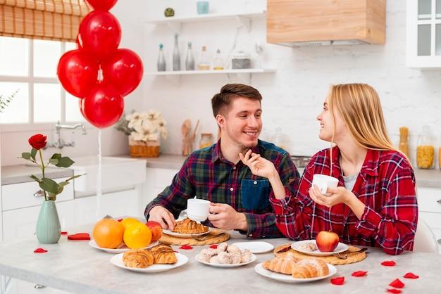 Средний выстрел пара улыбается в помещении