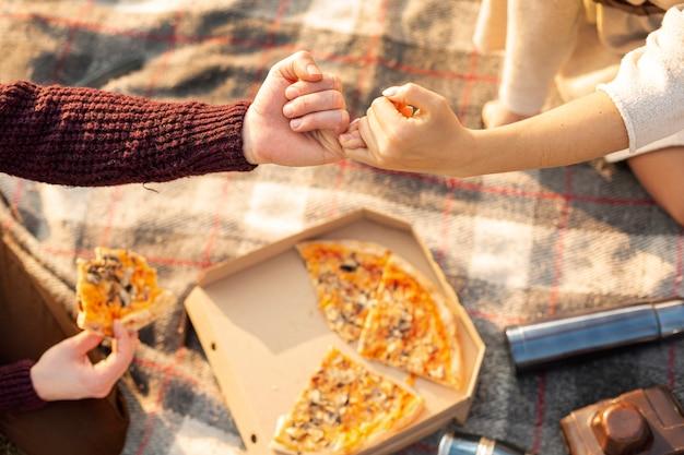男と女の小指の誓いを作る