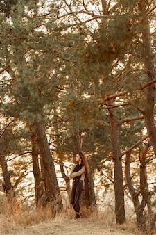 自然を楽しんでいる美しい女性