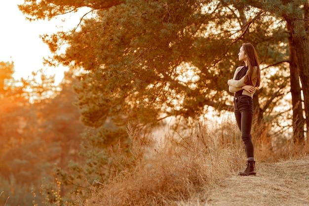 コピースペースで自然を楽しんでいる美しい女性