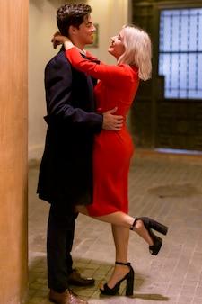 Любящая молодая пара обниматься